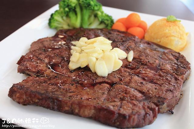 【捷運板橋】鐵牛原味碳烤牛排–比臉大的牛排只要399含套餐唷~推薦帶軟骨的卡啦雞米花&蜂蜜櫻桃鴨