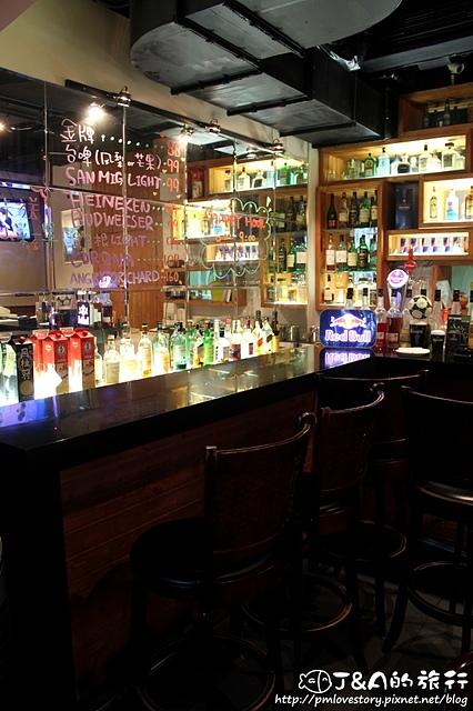 【捷運忠孝復興】蒜頭串燒 Garlic Bar&Grill–大份量平價串燒,當月壽星送生啤或明太子雞肉,加入APP馬上送瓶裝啤酒唷!