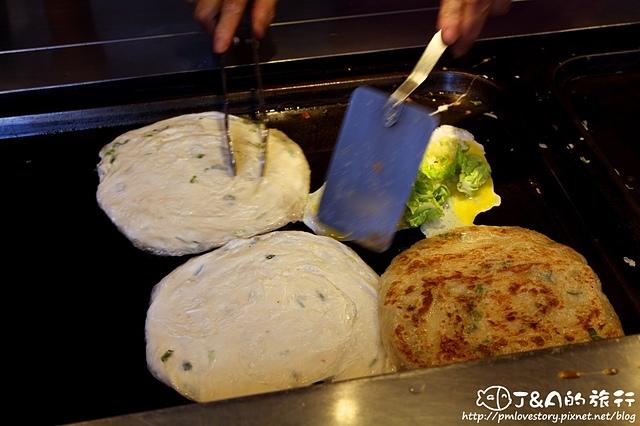 【捷運忠孝敦化】非常好吃蔥抓餅–東區拔絲蔥抓餅,加蛋免費送青菜~ 東區小吃 東區美食 東區216巷美食