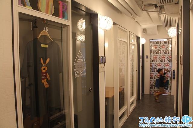 【香港銅鑼灣購物】SOLO迷你工作坊(SOLO商場)–放大版格子趣在這裡!歐洲韓國服飾、行李箱出租、禮服出租、新娘秘書…等多樣化產品服務通通都有唷! SOLO購物中心/SOLO購物商場