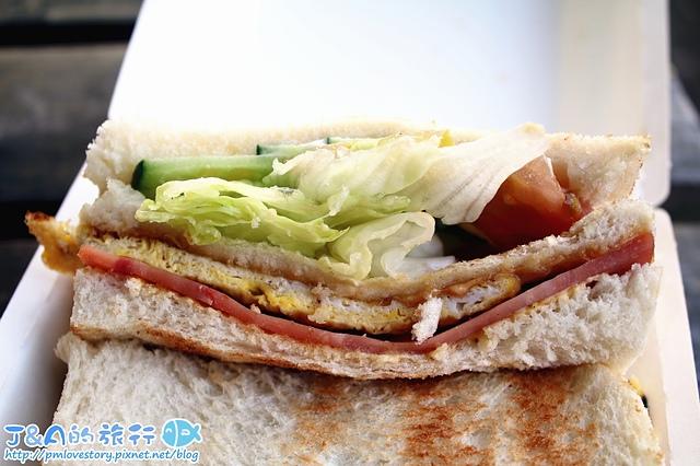 大方碳烤三明治–超平價碳烤三明治只要25~45元,也有10元和20元的碳烤吐司可以選擇唷。 大方碳烤吐司 基隆美食 基隆暖暖美食