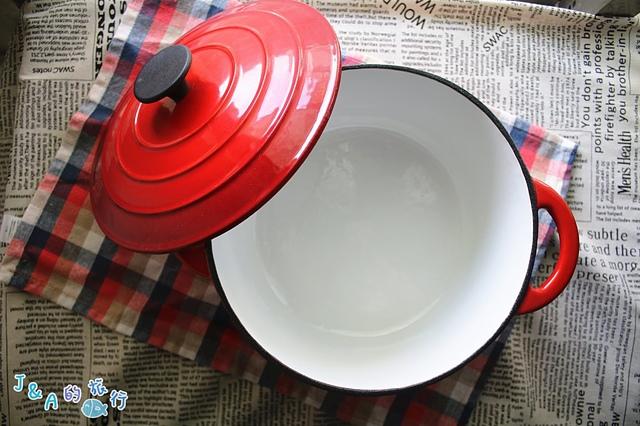 【食譜】無水番茄紅蘿蔔燉牛肉。【鍋寶鑄鐵鍋開箱】平價鍋寶歐風琺瑯鑄鐵鍋,讓你不傷荷包就能擁有!無水料理食譜/無水烹調食譜/無水番茄牛肉食譜