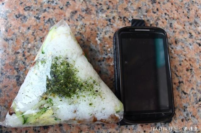 【台北/捷運永春】巨無霸大三角飯糰–比4.3吋手機螢幕還要大的三角飯糰,還有會爆餡的料呢XD